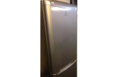 Indesit koelkast grijs 180 cm hoog met 3 vrieslades onder